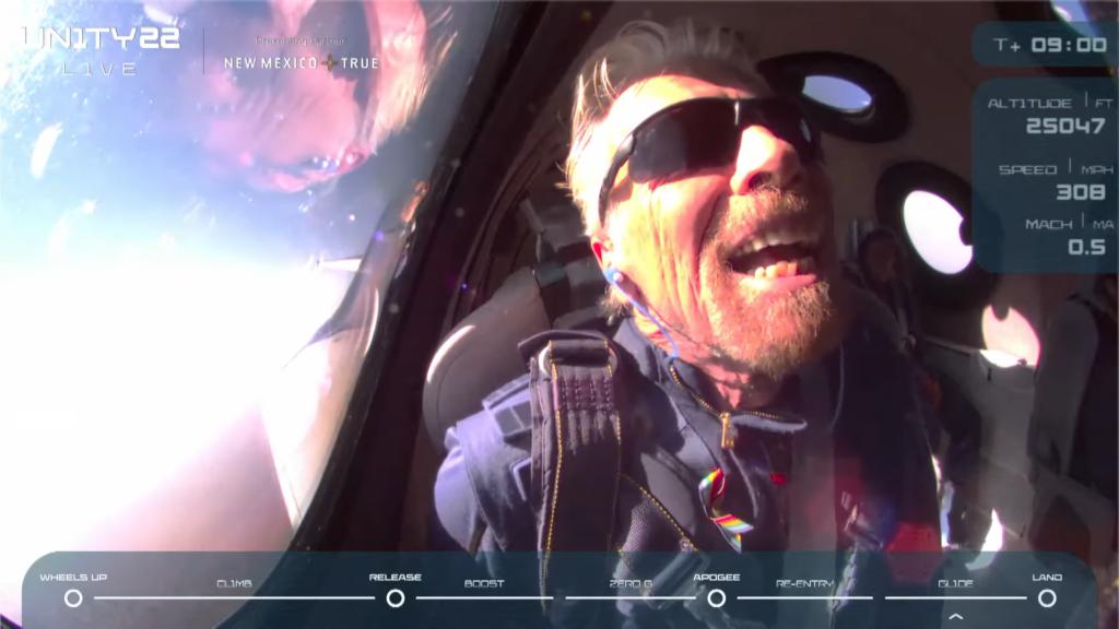 รอยยิ้มของหนุ่มวัย 70 ที่สามารถไปเที่ยวอวกาศสำเร็จ หนุ่มคนนั่นคือ Ricard Branson | ภาพจากการถ่ายทอดสด เวอร์จิ้น กาแลคติก โดย Bigdreamblog.com